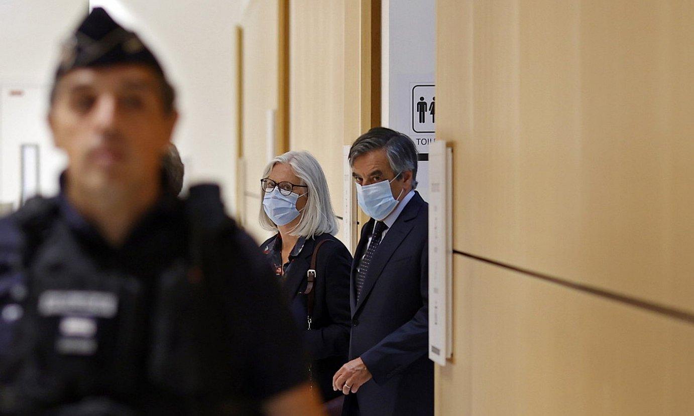 François Fillon Frantziako lehen ministro ohia eta Penelope Fillon haren emaztea, atzo, Parisko Auzitegi Korrekzionaletik irteten. ©IAN LANGSDON / EFE