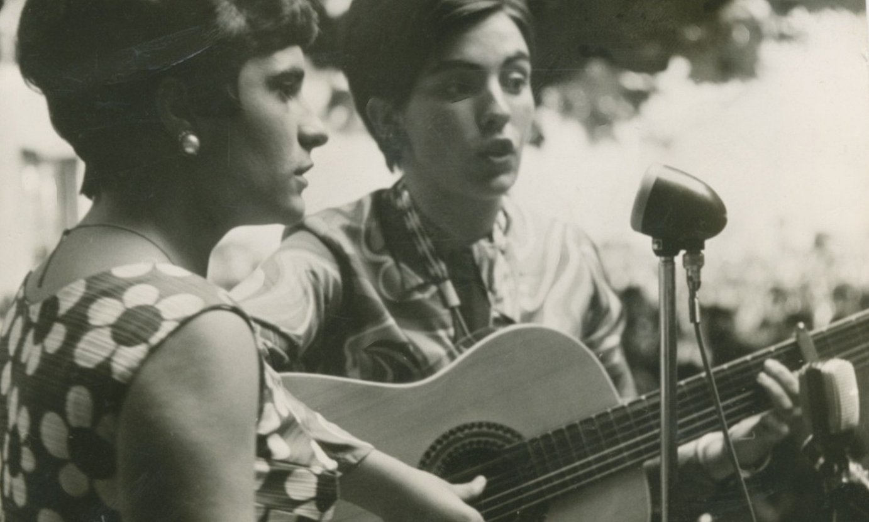 Benantxi Eizagirre eta Lourdes Agirregomezkorta —gitarrarekin—, 1968an Alegian irabazi zuten kanta sariketan. ©BERRIA