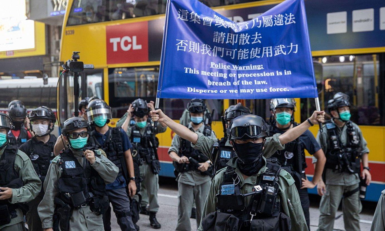 Polizia Hong Kongeko Segurtasun Nazionalerako Legearen kontrako protesta bat desegiten, joan den igandean. ©JEROME FAVRE / EFE