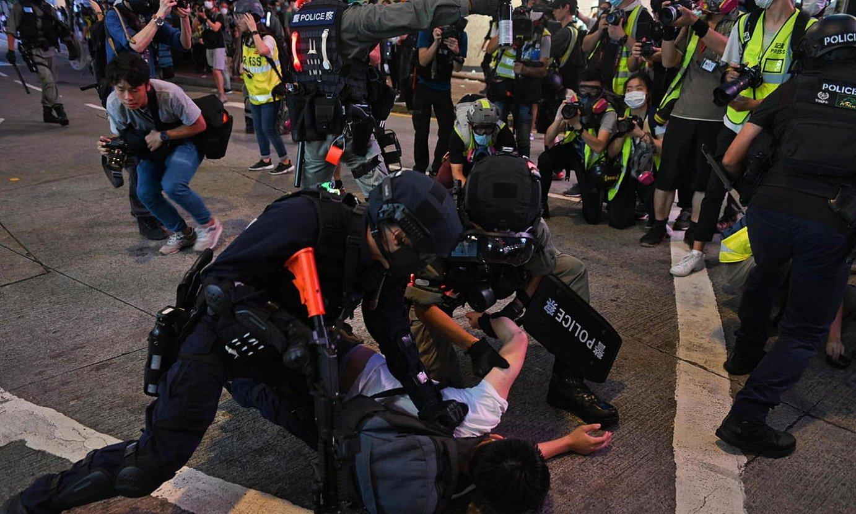 Polizia manifestari bat atxilotzen, atzo, Hong Kongen. Segurtasun indarren arabera, 300dik gora izan ziren atxilotuak. ©MIGUEL CANDELA / EFE