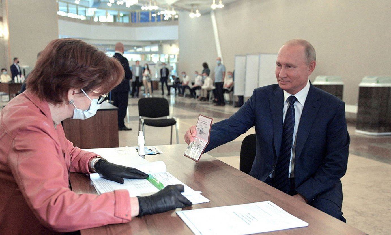 Vladimir Putin Errusiako presidentea, atzo, botoa eman aurretik. ©A. DRUZHININ / EFE