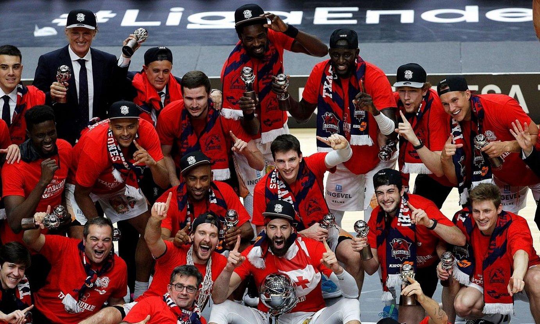 Baskoniako jokalariak, herenegun, titulua ospatzen. Laugarrenez lortu zuen talde arabarrak ACB liga irabaztea. ©MANUEL BRUQUE / EFE