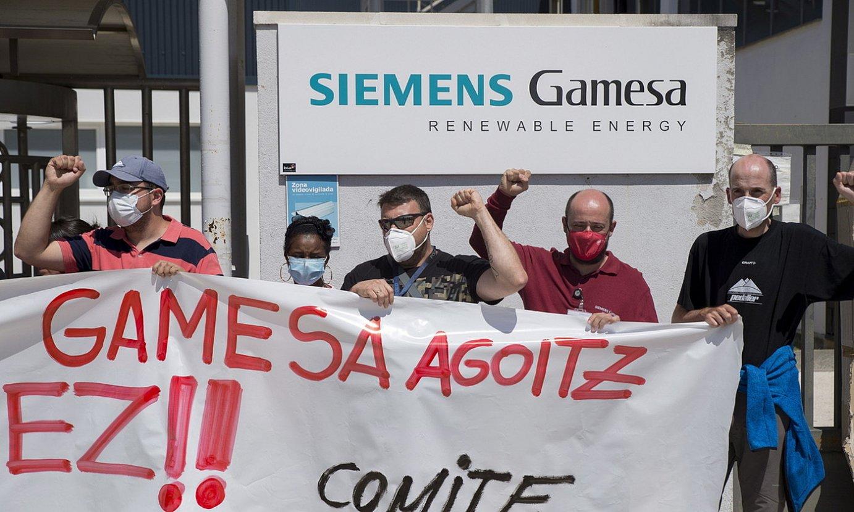 Siemens Gamesako Agoizko lantegiko langile batzordeko kideak, atzo. ©IÑIGO URIZ / FOKU