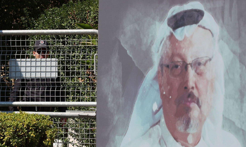 Jamal Khaxoggi kazetariaren irudi bat Saudi Arabiak Istanbulen duen kontsuletxearen atarian. ©TOLGA BOZOGLU / EFE