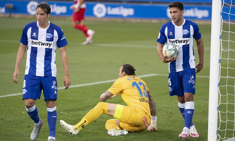 Pina, Roberto eta Magallan, burumakur, Granadak gol bat sartu berritan, joan den asteazkenean. ©RAUL BOGAJO / FOKU