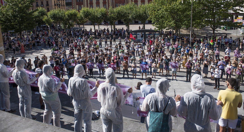 Eibarren (Gipuzkoa) atzo egindako manifestazioak jende dezente bildu zuen. Distantzia fisikoa mantendu zuten parte hartzaileek. ©JUAN CARLOS RUIZ / FOKU