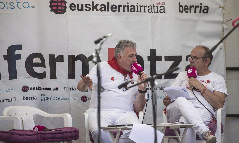 <em>Sanfermintza</em> irrati saioa egiten urteak daramatza Euskalerria irratiak, baina aurten ez dute egingo. Argazkian, iazko irratsaio batean. ©JAGOBA MANTEROLA / FOKU