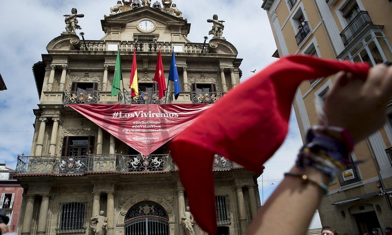 Zapia zeruan. Eguerdian pankarta handi bat paratu dute Iruñeko udaletxeko balkoian. ©IÑIGO URIZ / @FOKU