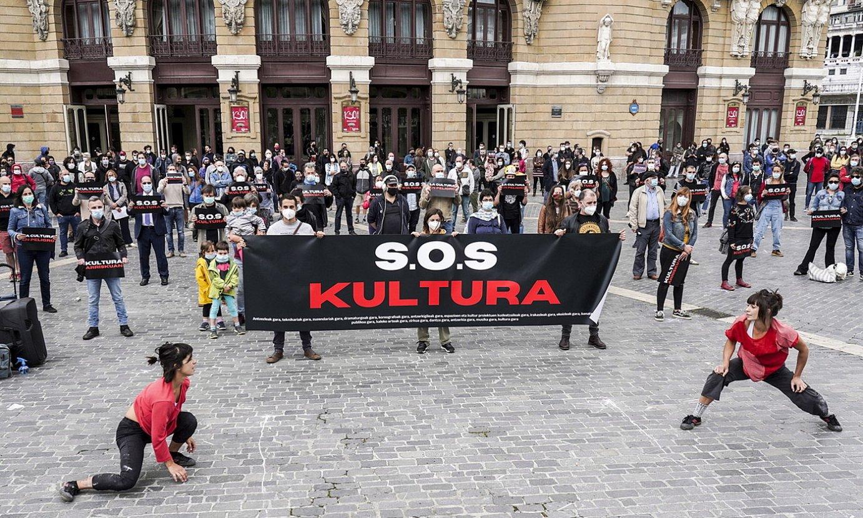 SOS Kultura plataformak ekainaren 12an Bilboko Arriaga antzokian egindako protesta, sortzaileen prekarietatea salatzeko. / MARISOL RAMIREZ / FOKU