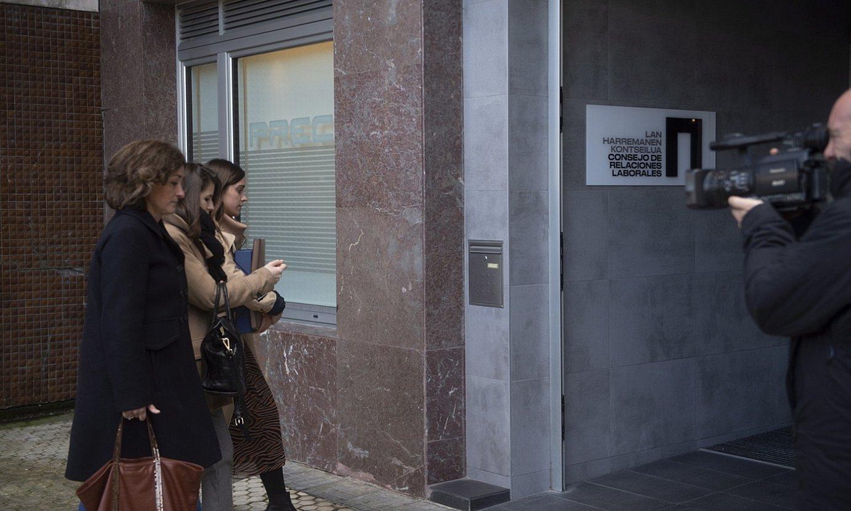 Patronaleko kideak, otsailean eginiko bileratik irteten. ©JUAN CARLOS RUIZ / FOKU