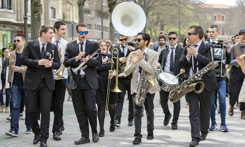 Iruña Jazz Brass Bandeko kideak, kalean jotzen. 11 musikarik osatzen dute taldea. ©PAUL ARCINIEGA