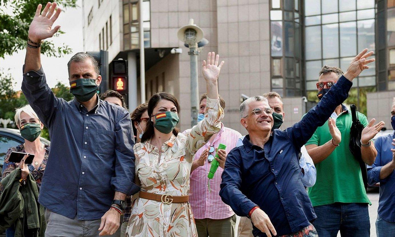 Voxeko kideak, atzo, Barakaldon, protestariak agurtzen. ©MIGUEL TOÑA / EFE