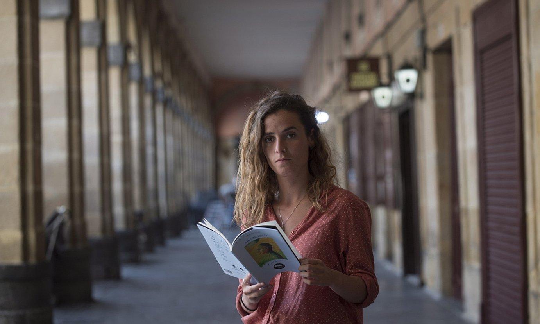 Lizar Begoñak Donostian aurkeztu zuen, atzo, DK III. poesia saria irabazi duen liburua: <em>Aro beilegia</em>. ©JUAN CARLOS RUIZ / FOKU