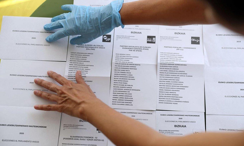 Biharko boto paperak prest Bilboko bozkaleku batean. ©LUIS TEJIDO / EFE