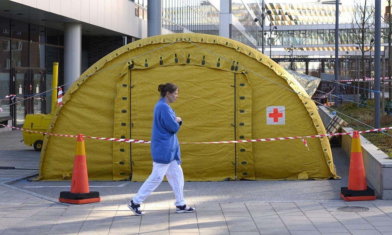 Suediako Karolinska Ospitale Unibertsitarioaren kanpoaldean larrialdietarako denda bat, martxoan. ©ANDERS WIKLUND / EFE