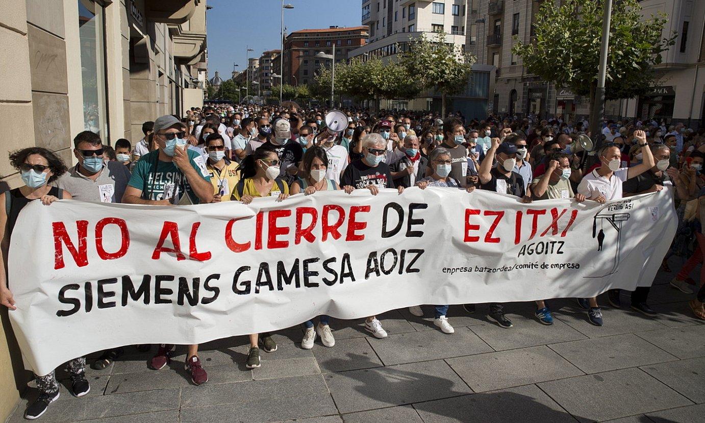 Agoizko Siemens Gamesaren lantegia ez ixteko eskatu dute ehunka lagunek Iruñean egindako manifestazio zaratatsuan. ©IÑIGO URIZ / FOKU