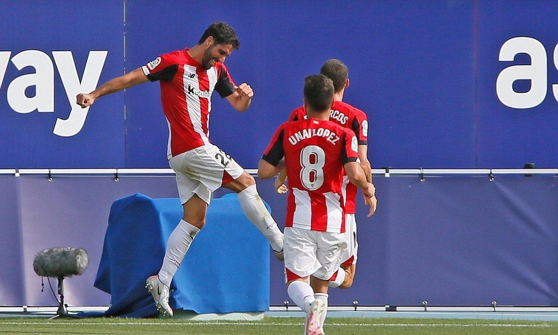 Raul Garcia, atzo, Levanteri sartutako bigarren gola ospatzen. ©MANUEL LORENZO / EFE