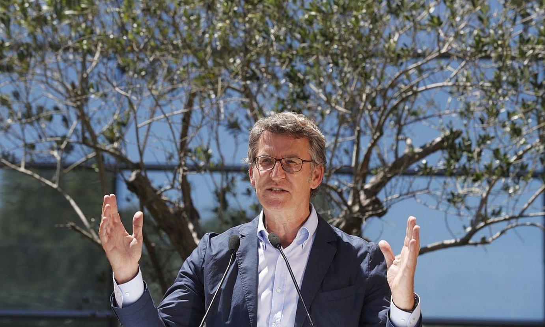 Galiziako Alderdi Popularreko Alberto Nuñez Feijoo, atzo, emaitzak ospatzen. ©LAVANDEIRA JR / EFE