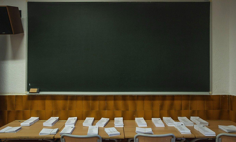 Boto paperak mahai gainean, Bilboko Miguel de Unamuno institutuan, joan den igandean. ©ARITZ LOIOLA / FOKU