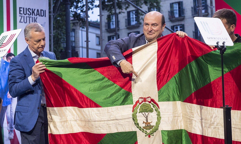 Andoni Ortuzar EBBren presidentea, alboan Iñigo Urkullu jarduneko lehendakaria duela, kanpainako ekitaldi batean, uztailaren 10ean, Bilbon. / MARISOL RAMIREZ / FOKU