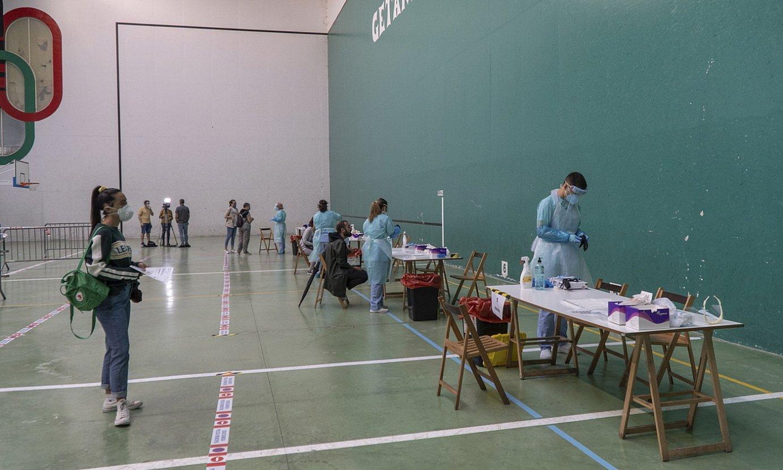 PCR probak egiten atzo, Getarian, Sahatsaga kiroldegian. / ANDONI CANELLADA / FOKU