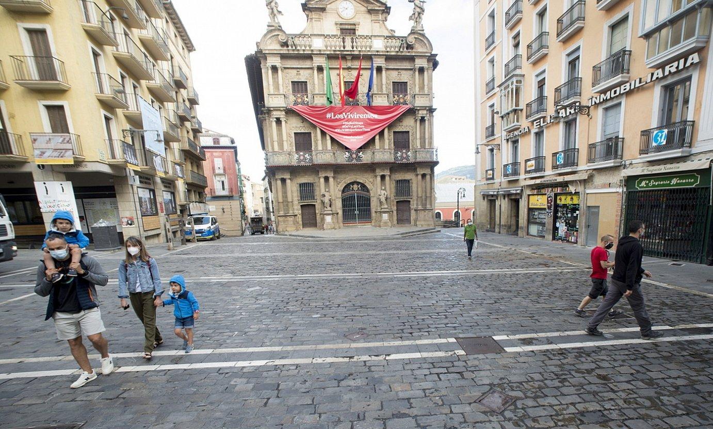 Iruñeko udaletxeko argazkia, bertan behera utzitako jaiak oritarazteko ikurrarekin jantzia. ©IÑIGO URIZ / FOKU