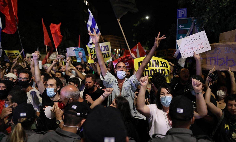 Asteartean kalera atera ziren milaka israeldar Jerusalemen, Netanyahuren kudeaketaren eta ustelkeriaren aurkako protestan. / ABIR SULTAN / EFE