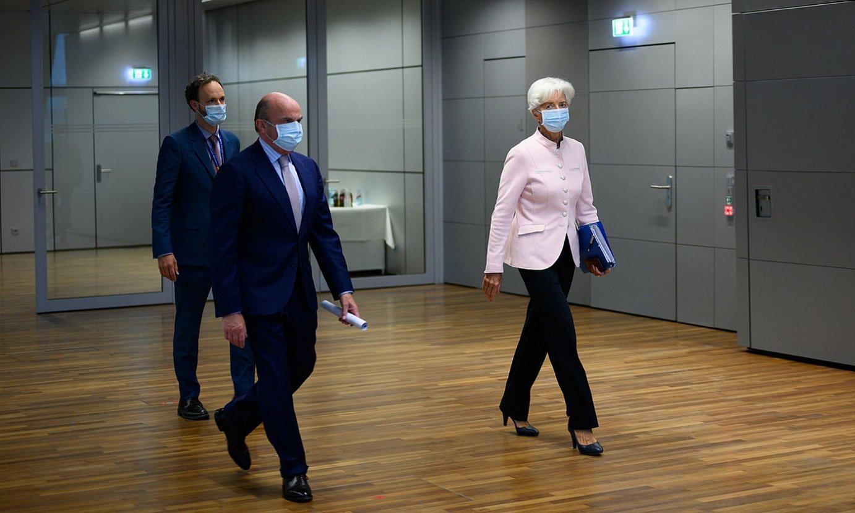 Christine Lagarde eta Luis de Guindos —erdian—, EBZko presidente eta presidenteordeak, atzo. ©EBZ