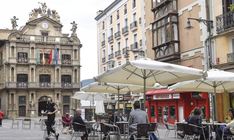 Terraza bat martxan, izurriaren aro honetan, Iruñeko Udaletxe plazan. / IDOIA ZABALETA / FOKU