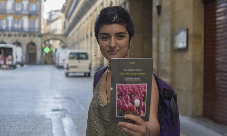 Eva Perez-Pons, bere lehen poesia liburua aurkeztu aurretik, Donostian. ©JUAN CARLOS RUIZ / FOKU