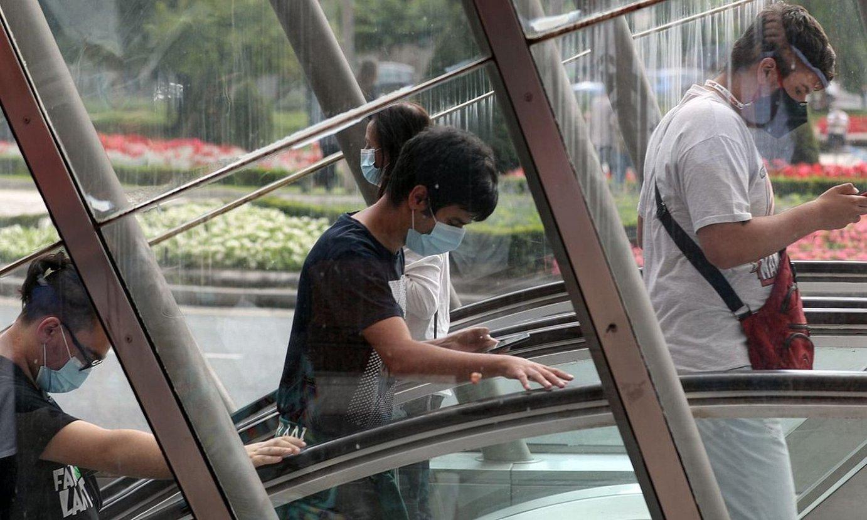 Jendea Bilboko metrotik ateratzen, izurri garaiotan egindako argazkietako batean. ©LUIS TEJIDO / EFE