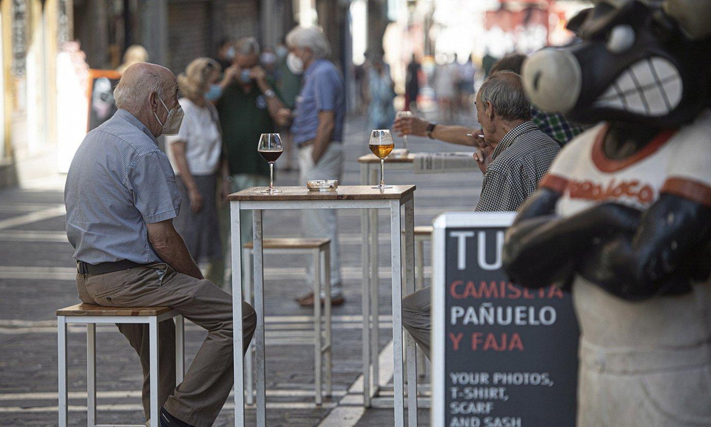 <b>Iruñea.</b> Bezeroak eserita Alde Zaharreko terraza batean, segurtasun tarteak zaintzen. / JAGOBA MANTEROLA / FOKU