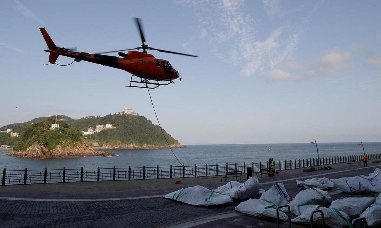 Helikopteroz eraman zuten pieza Donostiako Paseo Berritik irlara, zatika, atzo goizean. ©JAVIER ETXEZARRETA / EFE