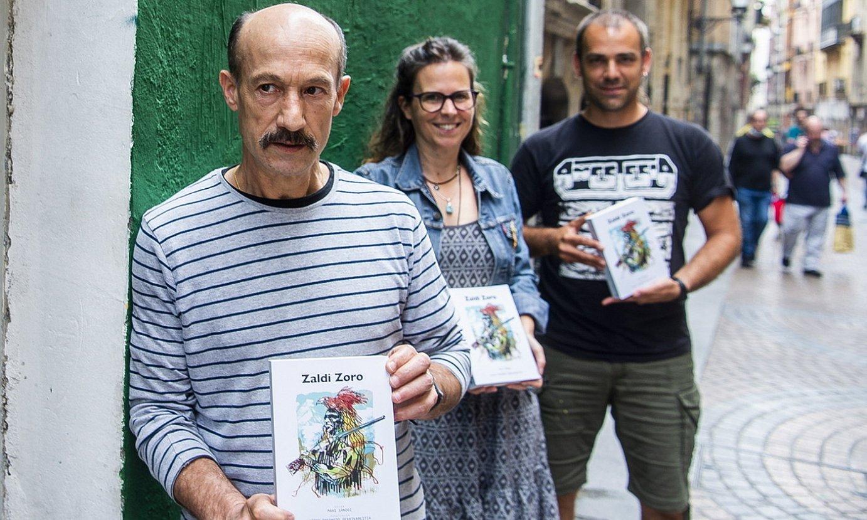Aitor Fresnedo Gerrikabeitia Jaenen da preso; hala, senide eta argitaletxeko kideek aurkeztu dute liburua. ©L. J. / FOKU