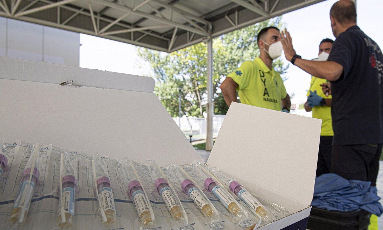 Auzoko ehunka gazteri PCR probak egiten aritu ziren atzo osasun langileak Mendillorrin. ©JAGOBA MANTEROLA / FOKU