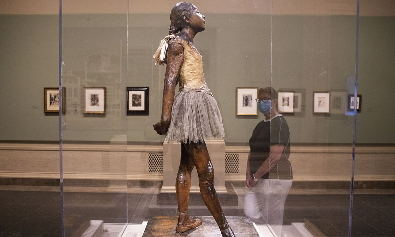 WASHINGTON (AEB). 2020-07-20. Bisitari bat Edgar Degas artista frantziarraren <em>Hamalau urteko dantzari txikia</em> eskulturari begira, National Gallery of Art-en. Bisitarientzat ireki berri dute. / MICHAEL REYNOLDS / EFE