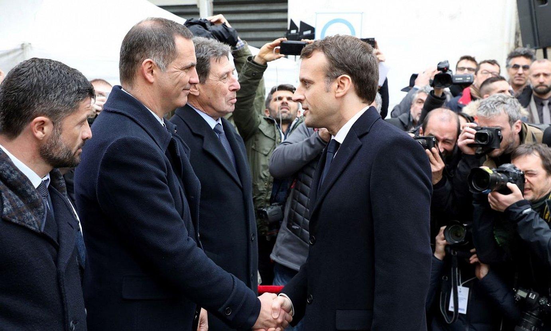 Gilles Simeoni Korsikako presidentea eta Emmanuel Macron Frantziakoa elkarri eskua ematen, 2018an, Ajaccion. ©LUDOVIC MARIN /EFE
