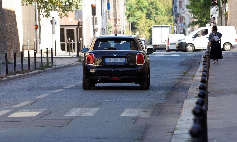 Josu Urrutikoetxea zeraman autoa, atzo, Parisen. / FERNANDO PEREZ / EFE