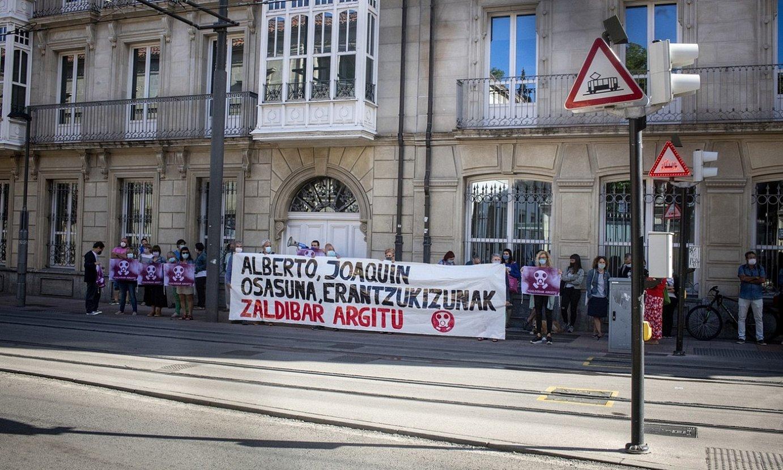 Protestak izan ziren atzo legebiltzarraren aurrean. ©JAIZKI FONTANEDA / FOKU