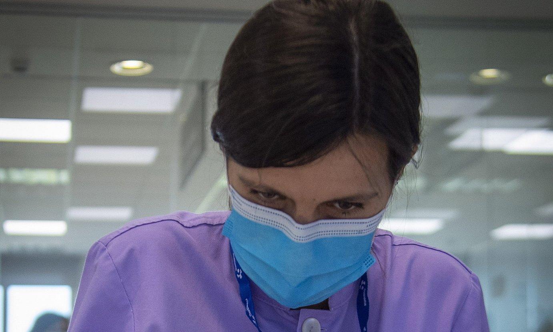 Txagorritxuko erietxean, COVIDaren test serologikoak aztertzen. / G. RUBIO / FOKU