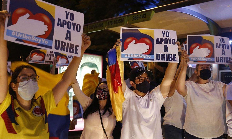 Alvaro Uribe Kolonbiako presidente ohiaren aldeko manifestariak, herenegun, Medellin hirian. ©LUIS EDUARDO NORIEGA / EFE