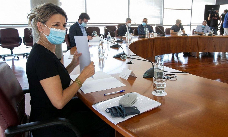 Yolanda Diaz Espainiako Gobernuko lan ministroa, sindikatuetako eta patronaleko ordezkari batzuekin aurreko astean eginiko bilera batean. ©QUIQUE CURBELO / EFE