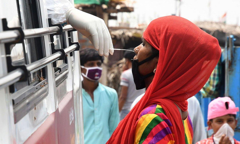 Emakume bat COVID-19aren proba egiten, New Delhin, Indian. ©STR / EFE