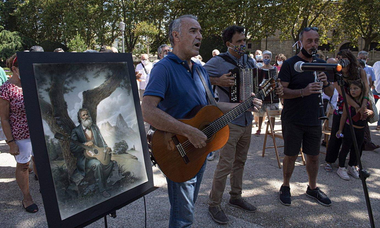 Iruñeko Gaiarreren monumentu azpian, manifestua aurkeztu eta <em>Gernikako arbola</em> kantatu zuten atzo. ©JAGOBA MANTEROLA / FOKU