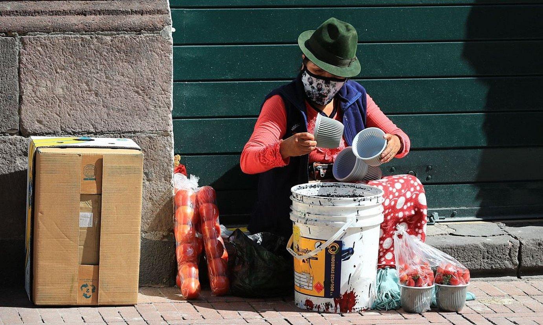 Emakume bat, elikagaiak kalean saltzen, Quiton, Ekuadorko hiriburuan. ©JOSE JACOME / EFE