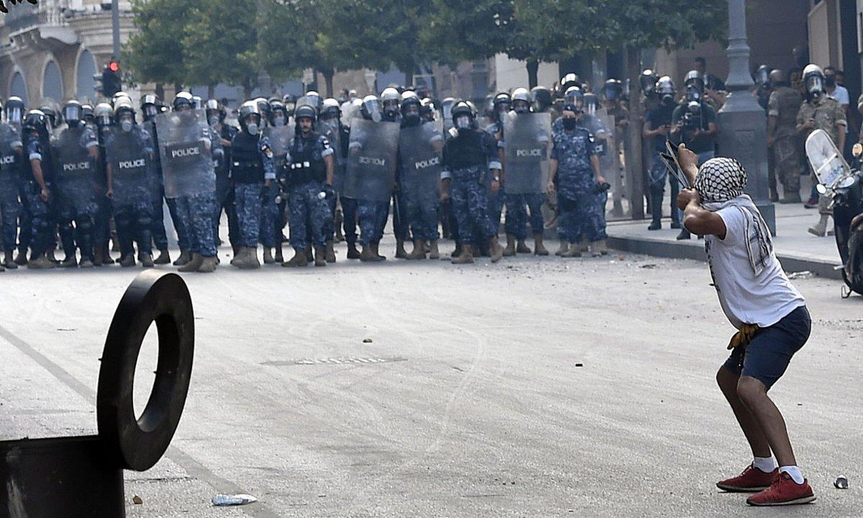 Protestari bat Beiruteko kaleetan, astelehenean. ©WAEL HAMZEH / EFE