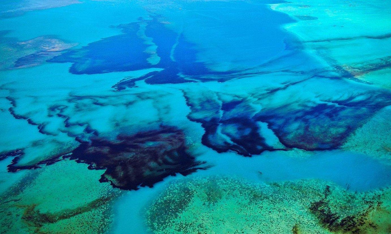 POINTE D'ESNY (MAURIZIO), 2020-08-09.- Airetik ateratako argazki honetan, Maurizioko kostan hondoratutako barku batek itsasoan isuritako petrolioa ageri da koral arrezife batean. / PIERRE DALAIS/ EFE