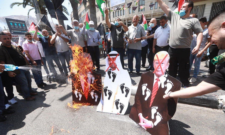 Manifestariak, atzo, Palestinan, Israelen eta Emirerrien arteko akordioaren kontra protestan. ©ALAA BADARNEH / EFE