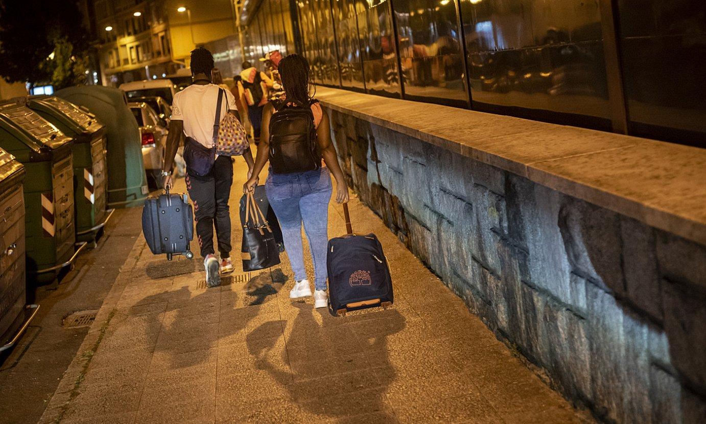 Hainbat migrante, Irungo tren eta autobus geltokira iritsi berritan, maletak eskutan. ©GARI GARAIALDE / BOSTOK PHOTO