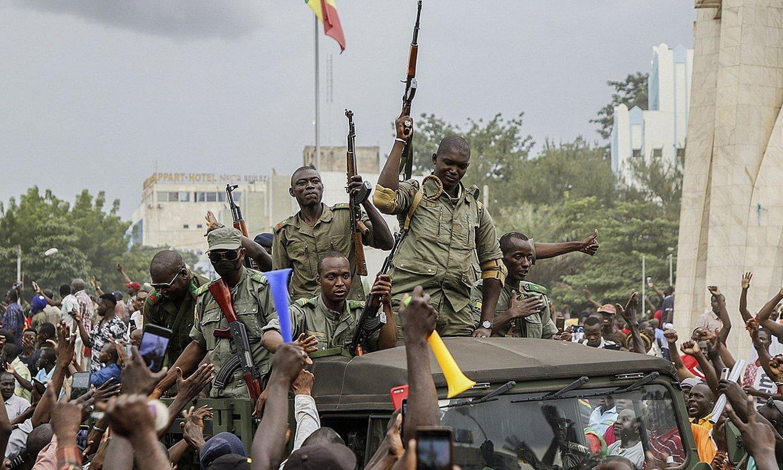 Militarrak Bamakoko kaleetan sartzen, atzo. ©MOUSSA KALAPO / EFE